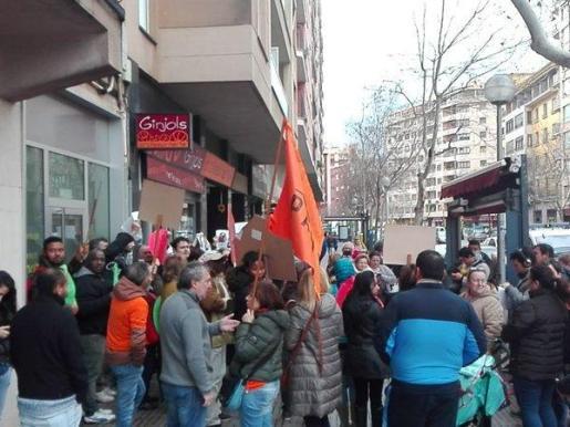 Concentración frente a una oficina de Bankia.