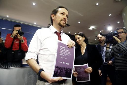 El secretario general de Podemos, Pablo Iglesias muestra el documento con su oferta de programa de gobierno de coalición con el PSOE.