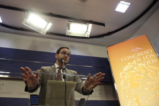 El portavoz del PSOE en el Congreso, Antonio Hernando, en una comparecencia de prensa minutos después de que Iglesias presentara el documento con su programa de Gobierno