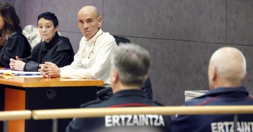 Jon Ezkurdia, esposo del actor Koldo Losada, acusado por el asesinato de su cónyuge, el 19 de noviembre de 2014, junto a su abogada Jone Goirizelaia (2d), durante el juicio oral celebrado hoy en Audiencia Provincial de Bizkaia.