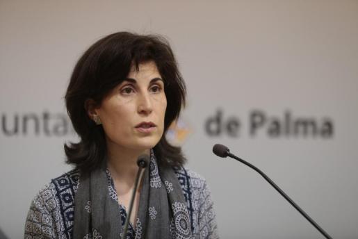 La regidora de Sanitat i Consum, Antònia Martín, en la rueda de prensa en relación con la creación de la plaza de jefe de servicio del área de Sanidad.