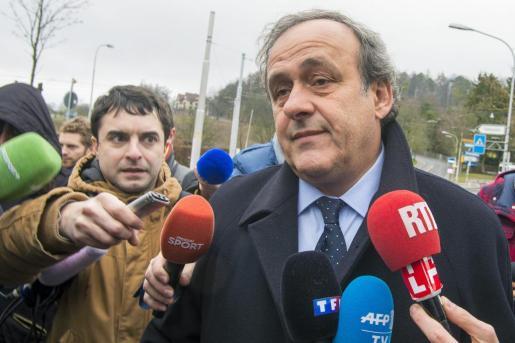 El expresidente de la UEFA Michel Platini atiende a la prensa a su llegada a la sede de la FIFA en Zúrich.