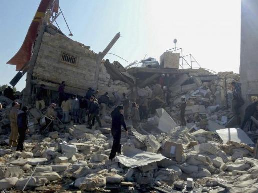 Fotografía facilitada por Médicos Sin Fronteras que muestra un hospital apoyado por la organización destruido durante un ataque aéreo en Idlib.