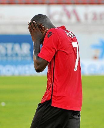 Michael Pereira se lleva las manos a la cara durante un partido.