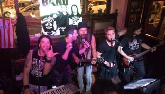 El rock de Mama Kin suena en el Hogan's Irish Pub