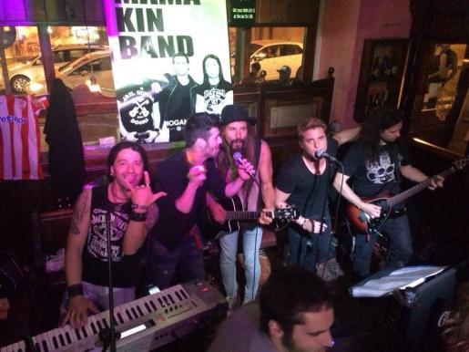 El grupo Mama Kin, residente habitual del Hogan's Irish Pub, ofrece su repertorio rock en directo.