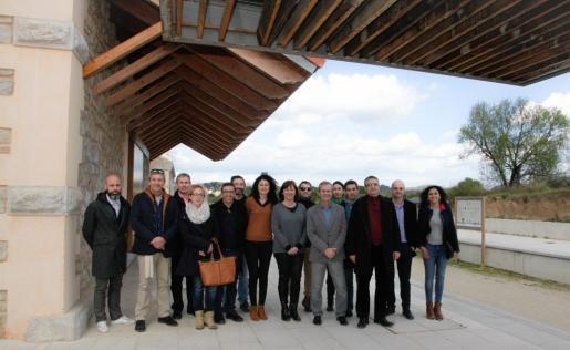 Momento de la visita de Francina Armengol a la estación de Son Servera junto a representantes municipales.