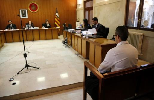 El acusado, en el banquillo de la Sección Segunda de la Audiencia de Palma.