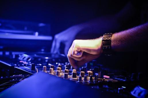 Las sesiones de DJ Jose en el Agua Bar se centran en la música heavy y el rock.