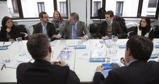 Fotografía facilitada por el PP del ministro de Educación en funciones, Íñigo Méndez de Vigo (c), y el vicesecretario de Sectorial del Partido Popular, Javier Maroto (2i), durante la reunión este jueves en Madrid en la que analizaron el pacto de Estado propuesto por Mariano Rajoy en el marco de las negociaciones para la investidura de un jefe del Ejecutivo.