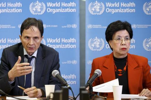 El profesor de epidemiología David Heymann (i) y la directora general de la Organización Mundial de la Salud (OMS), Margaret Chan (d), intervienen durante una rueda de prensa tras la primera reunión del Comité de Emergencia de la OMS en relación al virus del Zika.