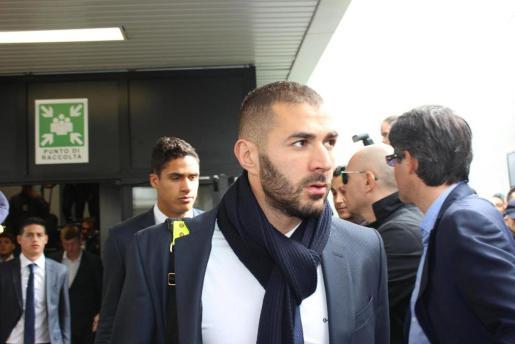 El delantero francés Karim Benzema llegando junto al resto del Real Madrid al aeropuerto Fiumicino de Roma (Italia) este miércoles.