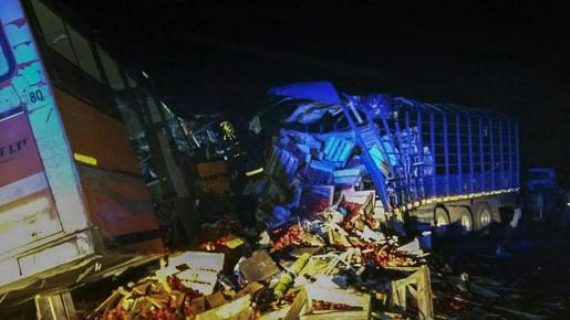 Vista general del lugar del accidente de autobús donde fallecieron al menos 71 personas en Kintampo, Ghana.