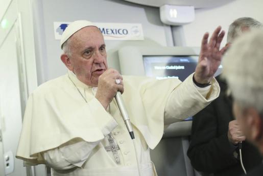 El Papa habla con la prensa en el vuelo de vuelta a Roma. Foto: ALESSANDRO DI MEO / POOL