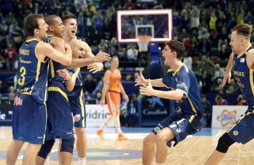 Los jugadores del Herbalife Gran Canaria celebran su victoria frente al Valencia Basket.