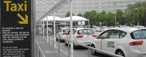 En el aeropuerto no se pueden captar clientes. Los pasajeros deben haber contratado el servicio previamente o bien deben coger un taxi en la cola pertinente. Otra opción es coger el autobús de la EMT. Los taxistas pirata captan turistas en la terminal de llegadas.