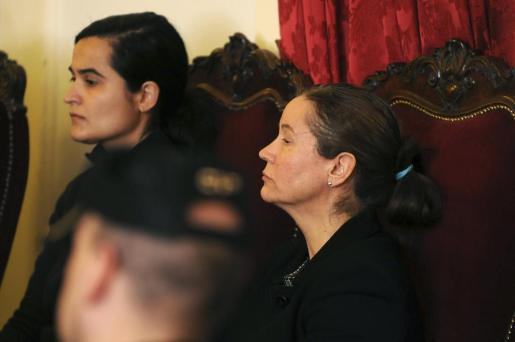 Monserrat González (d) y Triana Martínez (i), durante la jornada de deliberación del jurado.