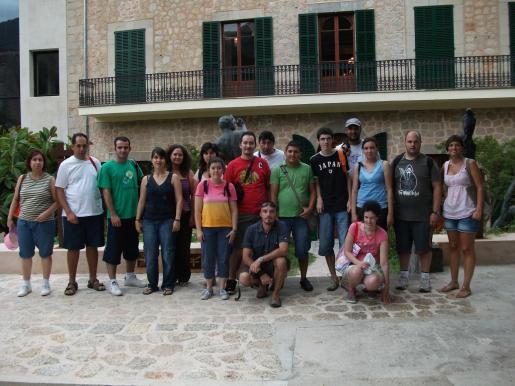 El grupo de la coordinadora de discapacitados, reunido en los jardines de Can Prunera.