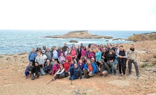 Imagen de grupo durante la última salida a Benirràs y la isla d'Encalders. Foto: XAVIER DURAN