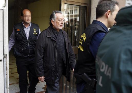 Agentes de la Guardia Civil escoltan al exvicealcalde de Valencia, Alfonso Grau, a la salida de su vivienda tras ser detenido este lunes en relación con la trama de financiación ilegal del PP en el Ayuntamiento valenciano.