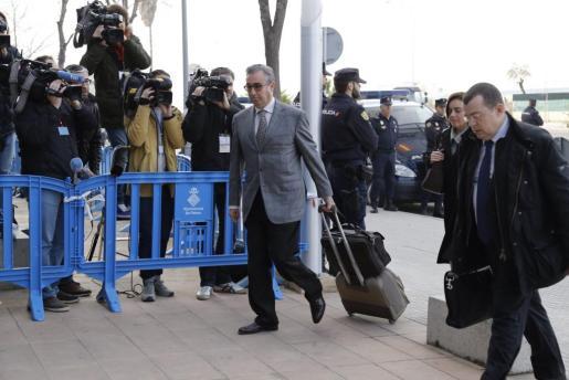 Diego Torres y su mujer Ana María Tejeiro llegan al juicio acompañados por su abogado, Manuel González Peeters.