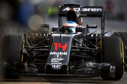 El piloto español de McLaren Fernando Alonso a su salida del box de la escudería durante la segunda jornada de entrenamientos libres de pretemporada del campeonato de Fórmula Uno, que tiene lugar en el circuito de Montmeló (Barcelona).