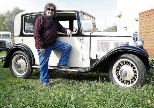 Oscar, el propietario del coche, junto a su Austin Ten.