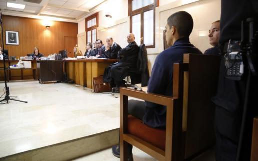 Dos de los acusados en el banquillo durante el arranque del juicio.
