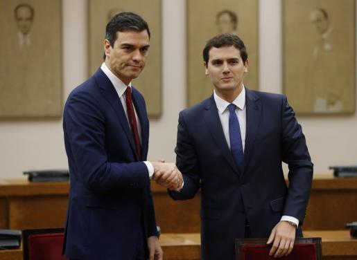El secretario general del PSOE, Pedro Sánchez (i), y el presidente de Ciudadanos, Albert Rivera, durante la firma de un acuerdo de investidura y legislatura alcanzado entre los dos partidos.