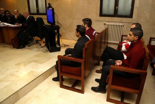 Cuatro miembros de la banda de paramilitares, en el banquillo de la Audiencia, durante la tercera jornada del juicio.