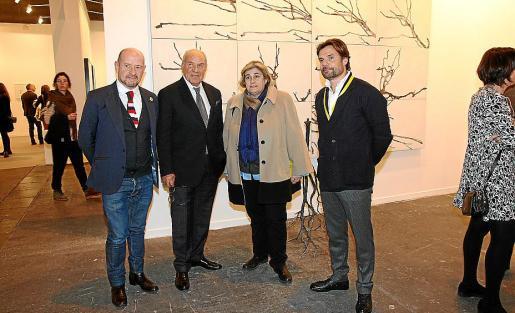 Carlos Urroz, director de Arco; Pep Pinya; la consellera de Cultura, Esperança Camps, y Frederic Pinya, en el expositor de Pelaires, en Arco.