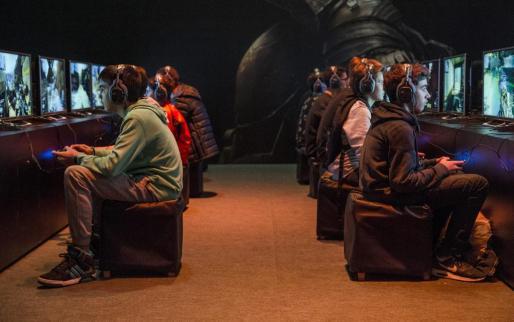 Jóvenes jugadores en la feria del videojuego Paris Game Week en la capital gala.