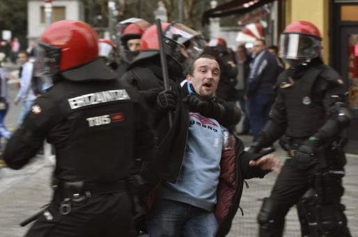 Enfrentamientos en el centro de Bilbao entre hinchas del Olympique de Marsella y del Athletic de Bilbao.