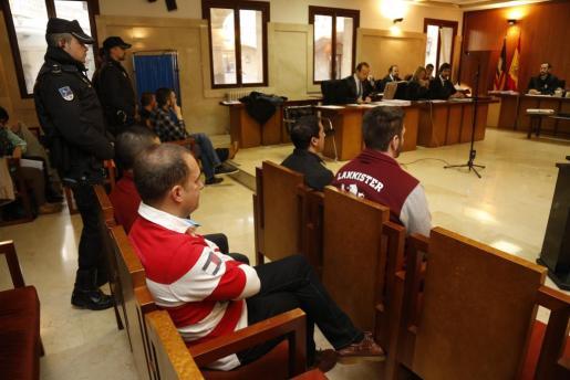 Los seis acusados, en el banquillo de la Sección Primera de la Audiencia de Palma, durante el juicio.