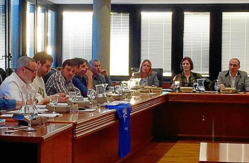 A la izquierda de la imagen, el concejal de EO Alfonso Rodríguez Sánchez.