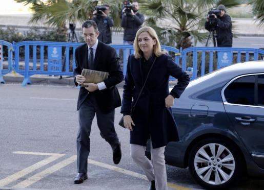 Iñaki Urdangarin y la infanta Cristina, a su llegada este viernes a la EBAP.
