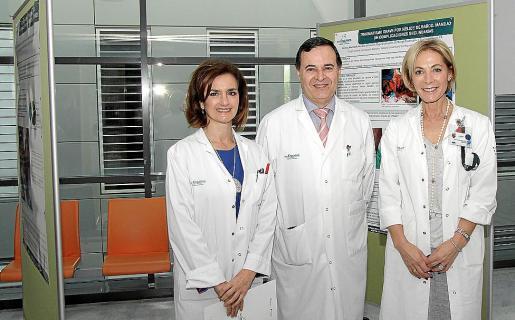María Dolores Acón (gerente de Son Espases) con Xavier González y Yolanda Montenegro.