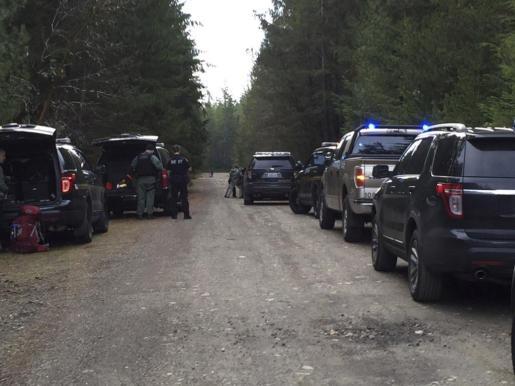 La policía en la zona rural de Washington donde ha tenido lugar el tiroteo.