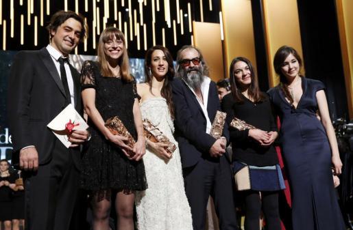 El equipo de la película 'Mustang' posa con los premios logrados en los César.
