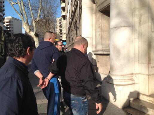 Uno de los detenidos por la Guardia Civil al ser presentado en el juzgado.