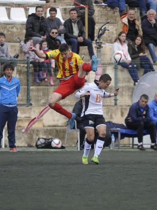 Un lance del partido disputado entre el Lleida y el Llosetense en Es Puig.