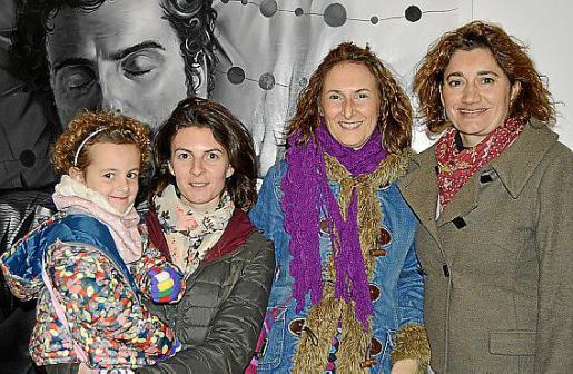 Maria Maymó con la pequeña Mariona, Carme Cardona Gisbert y Maria Carme Ligero.