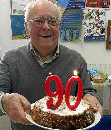 Joan Maria Melis, a punto de apagar las velas de la tarta y con el regalo de cumpleaños que le entregaron sus nietas.