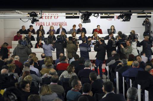 Numerosos periodistas ante la presidencia del Comité Federal extraordinario del PSOE.