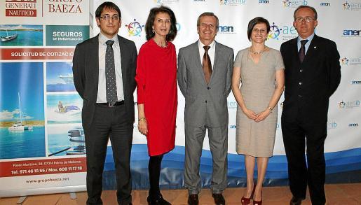 El conseller de Treball, Iago Negueruela; la presidenta de CAEB, Carmen Planas; el conseller de Mobilitat, Joan Boned; la presidenta de la Asociación, Margarita Dahlberg, y el capitán marítimo, José Escalas.