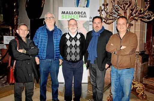 Miquel Perelló, Joan Martorell, responsable de comunicación de Mallorca Sense Fam; Mn Antoni Gómez, Josep Laínez y Joan Barcel, director de la orquesta.