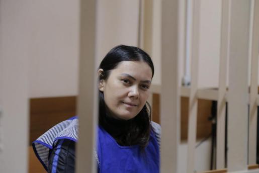 La cuidadora Gulchejrá Bobokúlova, de 38 años, en una celda del tribunal de distrito de Presnensky en Moscú.