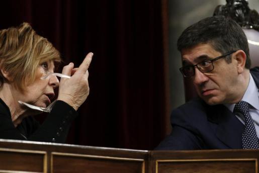 El presidente del Congreso Patxi López (d), escucha a la vicepresidenta, Celia Villalobos (i), durante la segunda sesión del debate de investidura del líder del PSOE, Pedro Sánchez.