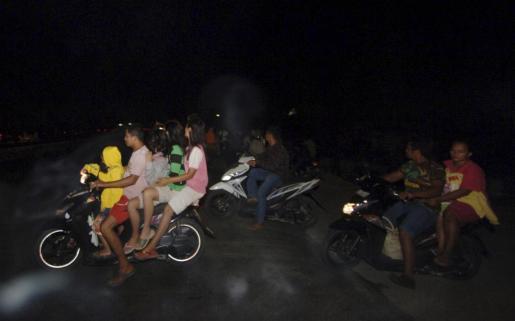Los residentes huyen a zonas más altas después del terremoto que ha sacudido la costa oeste de Sumatra, en la ciudad de Padang.