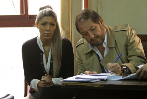 Gabriela Zapata, expareja del presidente de Bolivia, Evo Morales, acompañada de su abogado, asistiendo a la audiencia cautelar donde una juez boliviana ordenó la reclusión preventiva en la cárcel.